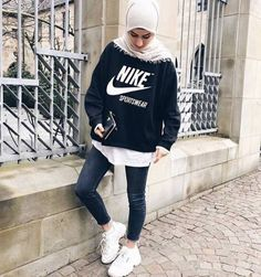 Sportliche Sweatshirts im Hijab-Stil - Just Trendy Girls - Another! Modest Dresses, Modest Outfits, Outfits For Teens, Sport Outfits, Casual Outfits, Modest Clothing, Modern Hijab Fashion, Muslim Fashion, Modest Fashion