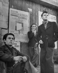 Teenage boys smoking cigarettes, France, a photo by Nat Farbman for LIFE magazine Smoking Vintage, Vintage Photographs, Vintage Photos, Men Smoking Cigarettes, Les Runes, French Man, Retro Mode, Teddy Boys, Man Smoking