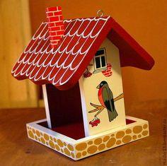 Купить или заказать Кормушка (ГОТОВАЯ) 'Снегири' в интернет-магазине на Ярмарке Мастеров. Все кормушки и скворечники от «Мастерской №13» изготовлены из качественного натурального материала – сосновой доски толщиной 18мм, и покрашены безопасными для птиц акриловыми красками. Такая кормушка для птиц удобна и комфортна, а для людей служит хорошим украшением дачного участка, городского парка, ну или может быть даже балкона. Кормушка для птиц от 'Мастерской №13' - это вещь, которую приятно…...