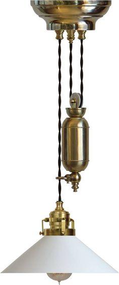 Skomakarehiss - klassisk lampa i mässing med hiss för justerbar höjd. Välkommen in till Sekelskifte.se och vårt utbud av lampor i sekelskiftesstil!