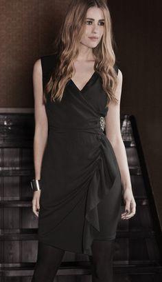 Kjole jewelerybeauty  Pen & elegant kjole med flatterende vakker passform/fasong! Kjolen er utsmykket med perler på siden. Kjolen er av mykt fint materiale med litt stretch.     Materiale 100% quality Chiffon   Length 95 cm - i en smal størrelse.