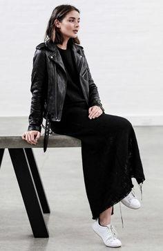 Sara Donaldson com Vestido e Jaqueta de Couro