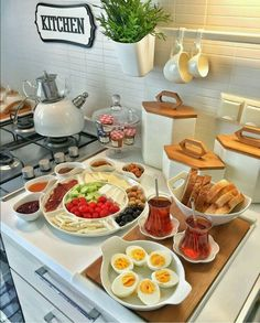 Discover recipes, home ideas, style inspiration and other ideas to try. Breakfast Table Setting, Breakfast Buffet, Breakfast Recipes, Breakfast Presentation, Food Presentation, Turkish Breakfast, Ramadan Recipes, Good Foods For Diabetics, Food Platters
