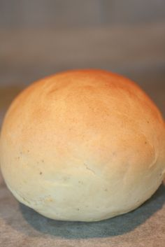 Boller uten melk, mel og egg.  http://monakristinbloggen.blogspot.no/2012/04/boller-uten-eggmelk-og-gluten.html