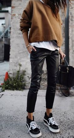 trendy fall outfit / brown top + white tee + bag + black leather pants + sneaker… trendiges Herbstoutfit / braunes Top + weißes T-Shirt + Tasche + schwarze Lederhose + Turnschuhe Leather Pants Outfit, Black Leather Pants, Black Pants Outfit, Dress Black, High Top Vans Outfit, Black Sneakers Outfit, Casual Sneakers, Shoes Sneakers, Sneakers Style
