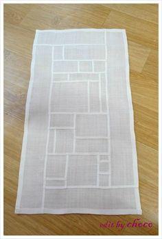 요즘은 갑자기 모시 조각보에 꽂혀서 밤낮... 새벽을 바느질과 재단을 하며 보냈답니다... 그리고 탄생한! ... Fabric Roses Diy, Fabric Art, Textile Texture, Patchwork Fabric, Easy Sewing Projects, Sewing Ideas, Stained Glass Patterns, Fabric Manipulation, Square Quilt