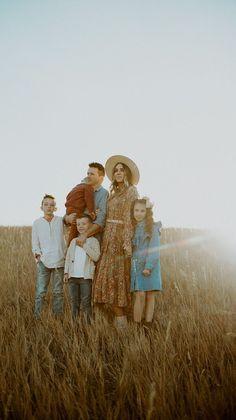 Country Family Photos, Outdoor Family Photos, Fall Family Pictures, Summer Family Photos, Family Pics, Family Photography Outfits, Fall Family Photo Outfits, Family Photo Sessions, Large Family Portraits