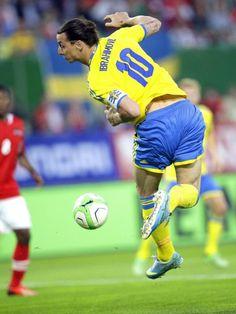 Starspieler Zlatan Ibrahimovic (r) versucht es mal mit der Hacke, aber Schweden verliert 1f:2 gegen Österreich. (Foto: Georg Hochmuth/dpa)