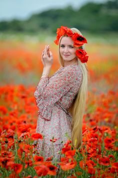 Remember the scene in the Wizard of Oz when everyone gets sleepy from walking through a field of poppies? Photo Series, Red Poppies, Poppy Flowers, Madame, Poses, Pretty Flowers, Her Hair, Flower Power, Photoshoot