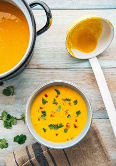 Cozinhe a cenoura até que fique macia. Em uma panela à parte, doure o alho-poró e a cebola com a manteiga (ou ghee). Bata no liquidificador com os outros ingredientes (junte o melado aos poucos e s…