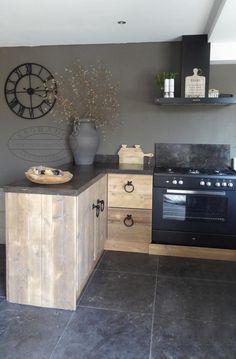 De keuken van steigerhout is voorzien van een hardsteen blad.