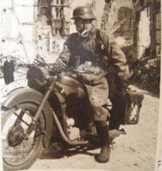 Mensajero en su motocicleta BMW R 35.