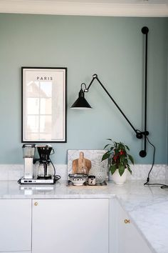 Kitchen Chandelier: See How to Choose Apart from Amazing Inspirations - Home Fashion Trend Kitchen Buffet, Kitchen Chairs, Kitchen Shelves, Kitchen Dining, Kitchen Chandelier, Kitchen Trends, Kitchen Interior, Home Kitchens, Sweet Home