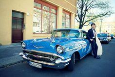 Ein Hochzeitsauto zum verlieben! Falls Ihr das schönste Auto auf Erden für Eure Hochzeit sucht, hab ich hier was ganz tolles für Euch. Auch der Fahrer, mit Namen Martin, ist ein guter Freund von mir und der beste Fahrer der Welt. Und ganz unter uns, er hat schon die eine oder andere Braut auf Wunsch hinters Steuer gelassen. Ihr ... - http://schneeweiss-und-rosenrot.com/ein-hochzeitsauto-zum-verlieben/