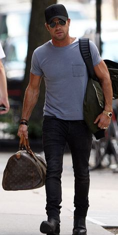 Tee shirts can look so stylish. Louis Vuitton Luggage, Louis Vuitton Keepall, Vuitton Bag, Justin Theroux, Rugged Style, Business Casual Men, Men Casual, Mens Fashion Blog, Men's Fashion