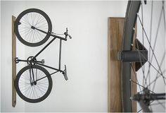 ARMAZENAMENTO VERTICAL DE BICICLETA - ARTIFOX BIKE RACK  Artifox primeiro chamou a nossa atenção com sua bela Desk 01, agora sua equipe criativa introduziram uma série de novos produtos, incluindo este bicicletário elegante.