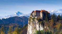 Europa: Castillos, mar, montañas... todo lo que te enamorará de Eslovenia. Noticias de Ocio. El país de una sola isla, el de los Alpes Julianos, el de la bella Liubliana, el de las cuevas subterráneas y el paisaje kárstico, el del río esmeralda y la pequeña costa adriática. Y además mirando a Venecia