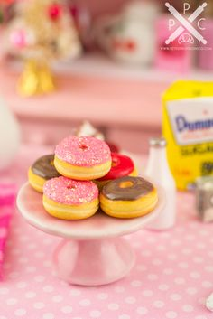 Valentine's Day morning just got a lot sweeter! These adorable doughnuts are decorated for the holiday! Whether you have a dollhouse or just love all things tiny, these wee doughnuts are too cute to resist! Miniature Crafts, Miniature Food, Miniature Dolls, Fun Crafts For Kids, Diy For Kids, Diy Doll Room, Smurf House, Disney Princess Dress Up, Mini Things