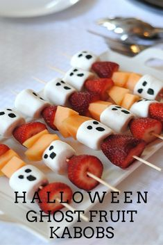 30 Scary Snacks Recipes for a Spooky and Freakish Halloween .- 30 Scary Snacks Recipes for a Spooky and Freakish Halloween Party Ghosts Kabobs - Hallowen Food, Healthy Halloween Treats, Halloween Party Snacks, Halloween Appetizers, Holiday Treats, Halloween Decorations, Halloween Birthday Food, Easy Halloween Desserts, Halloween Snacks For Kids
