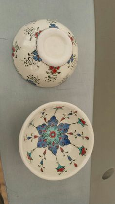 Inexpensive, elegant and versatile, pottery is a worthwhile addition to your home, and you should definitely consider getting some for your interior design project. Pottery is used to decorate diff… Pottery Painting, Ceramic Painting, Ceramic Art, Ceramic Plates, Ceramic Pottery, Zentangle, Turkish Pattern, Image Blog, Cool Curtains