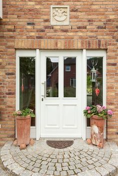 Front doors made of plastic or wood with style elements such as rungs, arches, attached cassettes and individual frame colors – ECO System HAUS House Siding, House Doors, Porch Decorating, Country Home Exteriors, Front Door, Door Makeover, Entrance Wood Door, House Designs Exterior, Doors