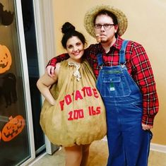 The couple that laugh & giggles together, scares together, stays together. Enjoy hilarious couples Halloween costumes of the day. These funniest costume ideas are perfect for couples who creep it real. Clever Couple Costumes, Funny Costumes, Adult Costumes, Pregnant Halloween Costumes, Halloween 2018, Funny Halloween, Halloween Party, Kids Sports Crafts, Couple Picture Poses