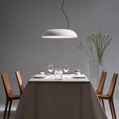 Martinelli Luce Maggiolone: Das Leuchtmittel der Pendelleuchte ist nicht auf den ersten Blick erkennbar, denn es versteckt sich hinter dem Diffusor aus Methacrylat der die Innenseite des Schirms bedeckt. Dort wo der Betrachter das Leuchtmittel bei einer Schirmleuchte erwarten würde, befindet sich eine Öffnung im Schirm, durch die ein kleiner Teil des Lichts nach oben entweichen kann. So entsteht der Eindruck die Leuchte würde ganz ohne Leuchtmittel leuchten. #esszimmer #reuter #reuterde