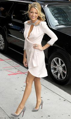 the classy way! Blake Lively looks exquisite in slashed wrap dress Natural beauty: Blake Lively strikes a pose outside the Ed Sullivan Theater to tape an episode of The Late Show With David LettermanLetterman Letterman may refer to: Girl Fashion Style, Gossip Girl Fashion, Fashion Mode, Fashion Beauty, Womens Fashion, Fashion 2018, Elegant Woman, Traje A Rigor, Blake Lively Style