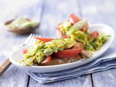 Herb-speckled scrambled eggs are served on top of fresh tomato slices and baguette for a hearty breakfast. Healthy Diet Recipes, Healthy Drinks, Healthy Eating, Yummy Recipes, Healthy Food, Tomato Breakfast, Breakfast Recipes, Breakfast Ideas, Protein Rich Snacks