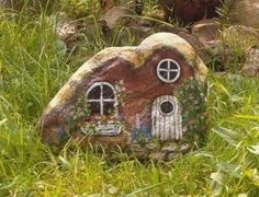 painted rock fairy house >> I love this. Great for K's Fairy garden! Stone Crafts, Rock Crafts, Stone Painting, House Painting, Rock Painting, Painting Flowers, Garden Painting, Encaustic Painting, Casa Do Rock