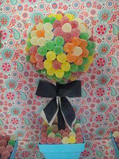 Hoy os queremos enseñar estos árboles de chuches con las gominolas formando flores. Están buenísimos y son muy decorativos. Un éxito a... Bar A Bonbon, Sweet Trees, Candy Flowers, Lollipop Candy, Sweet Bar, Butterfly Party, Candy Cakes, Chocolate Bouquet, Candy Bouquet