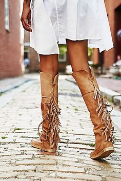 Fringed shoes - a charming trend that is back in fashion 40 Ideas If you want a little boho chic in your days do not wait and adopt a nice pair of shoes with fringes timeless! The variants are really many and since i. Fringe Moccasin Boots, Fringe Boots, Bootie Boots, Shoe Boots, Leather Fringe, Women's Boots, High Boots, Suede Leather, Leather Boots