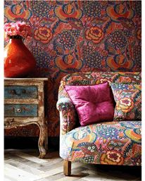 Tapet Patricia Anne Spice as it looks on wall and sofa (Liberty)