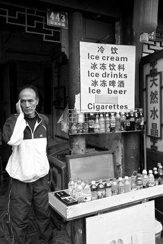 A vendor in Yu Gardens, #Shanghai #Portraits #people #China