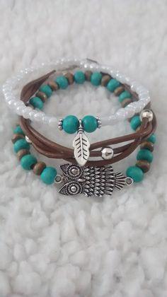 https://www.facebook.com/pages/Feathery/538210776275604 Leuk vrolijk setje armbanden in boho stijl met een leren armbandje, houten kralen en uil connector en rocailles met een metalen veertje. Leather, boho, owl, feather charm, wooden beads.