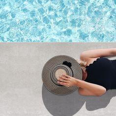 Foto super fofa de inspiração pra quem vai aproveitar o verão em uma piscina. A dica é aproveitar com estilo com um chapéu lindo e tire fotos super fofas como esta.