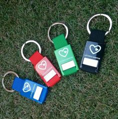Llaveros metálicos personalizados para ONG.