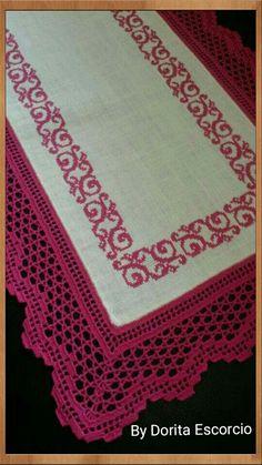 Centro de mesa retangular bordado em ponto cruz e com barra de crochet Crochet Table Runner, Crochet Tablecloth, Filet Crochet, Crochet Lace, Embroidery Stitches, Hand Embroidery, Chrochet, Doilies, Table Runners