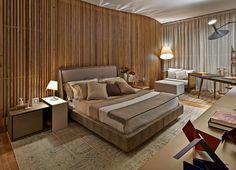 No ambiente, o painel curvo e ripado é a peça chave, já que dialoga com a residência projetada por Oscar Niemeyer na década de 1950 onde a C...