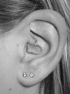 Heart jewelry in a tragus piercing. Love this piercing! Daith Piercing, Piercing Tattoo, Foto Piercing, Heart Piercing, Cartilage Earrings, Rook Earring, Anti Tragus, Piercings Corps, Ear Piercings