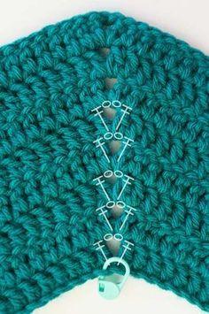 Explicado en fotos paso a paso, textos y tablas de medidas, ¡esta es la biblia que necesitas para tejer un sueter raglan a crochet! Knitting TechniquesCrochet For BeginnersCrochet ProjectsCrochet Baby Zig Zag Crochet Pattern, Crochet Ripple, Crochet Cardigan, Crochet Stitches, Crochet Baby, Knit Crochet, Flower Crochet, Crochet Girls, Free Pattern