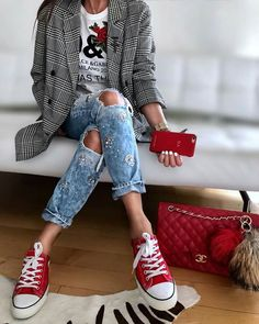 Plaid blazer - t-shirt - boyfriend jeans - red Chanel bag - red sneakers Outfit Jeans, Red Sneakers Outfit, Red Converse Outfit, Lässigen Jeans, Sneaker Outfits Women, Blazer Outfits, Plaid Blazer, Style Désinvolte Chic, Style Casual