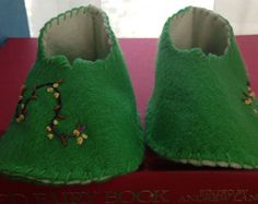 Hand embroidered felt baby booties. by remnantbyCatherine on Etsy
