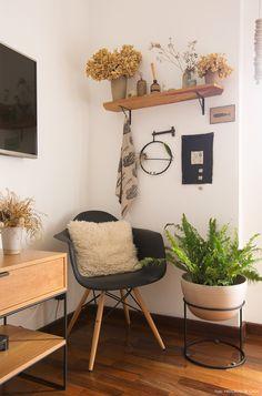 Plantas secas e cadeira Eames nesse canto do quarto de casal.