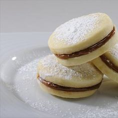 Alfajores :: NESTLE LA LECHERA Peruvian Desserts, Peruvian Recipes, Macaroon Cookies, Macaroons, Mexican Food Recipes, Dessert Recipes, Kreative Desserts, Mexican Bread, Salty Foods