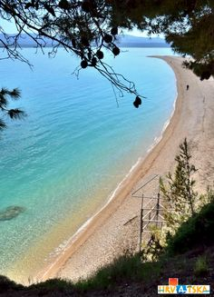 Zlatni rat beach from de harbour town of Bol, Dalmatia region_ Croatia
