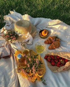You can find Picnic food and more on our website. Picnic Date, Summer Picnic, Beach Picnic, Summer Aesthetic, Aesthetic Food, Korean Aesthetic, Aesthetic Yellow, Travel Aesthetic, Aesthetic Vintage