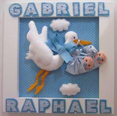Quadro Cegonha Gêmeos Felt Crafts, Diy And Crafts, Felt Wreath, Felt Books, Baby Shawer, Baby Nursery Decor, Felt Ornaments, Kids Decor, Baby Shower Gifts