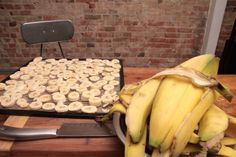 Banana Chips - How to Dehydrate Bananas - WellPreserved Dehydrated Banana Chips, Dried Banana Chips, Dried Bananas, Dehydrated Food, Money Saving Meals, Banana Slice, Healthy Low Carb Recipes, Chips Recipe, Dehydrator Recipes