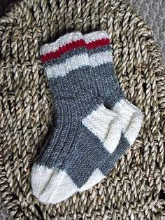 This is a cute variation on a basic baby/child's sock pattern. It makes a grea… This is a cute variation on a basic baby/child's sock pattern. It makes a great baby shower gift – and when they are out grown, hang them up as a decoration! Knitted Socks Free Pattern, Crochet Baby Socks, Baby Knitting Patterns, Knitting Socks, Knitting Tutorials, Free Knitting, Stitch Patterns, Work Socks, Kids Socks